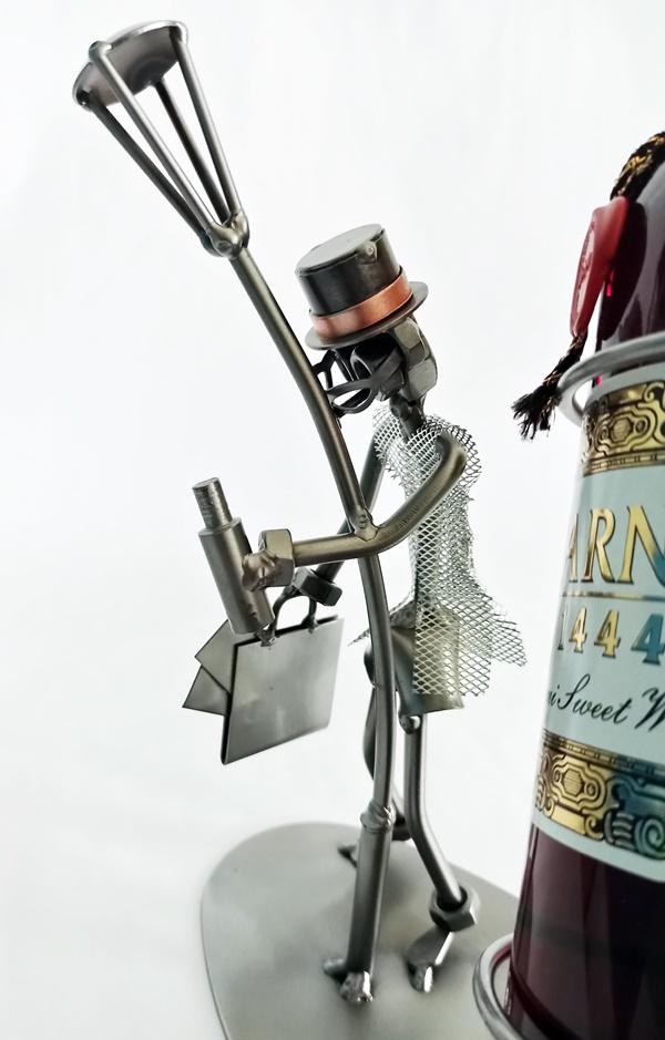 Śmieszny stojak na butelkę wina na prezent dla kolegi
